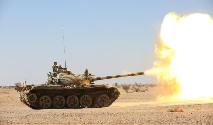 الجيش يقصف بالمدفعية مواقع المليشيا في محزام ماس بمأرب