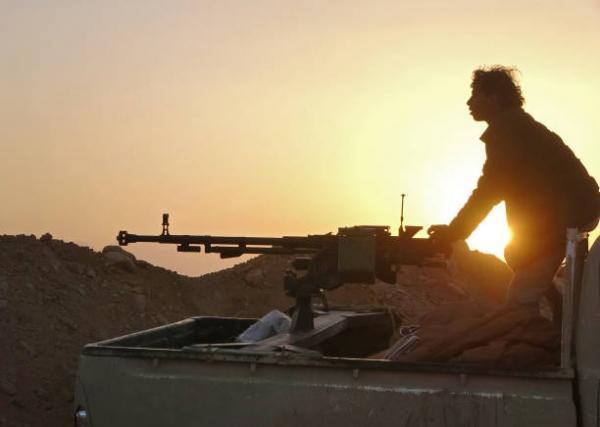 مقتل وإصابة عشرات العناصر الحوثية بقصف مدفعي على مواقع في جبهة مراد بمأرب