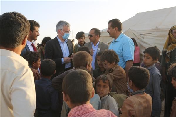 المبعوث السويدي يتفقد  آثار القصف الحوثي على مخيم السويداء غرب  مأرب
