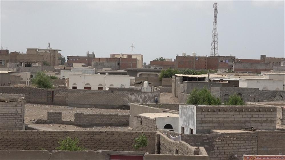 قصف حوثي يستهدف الأحياء السكنية في حيس